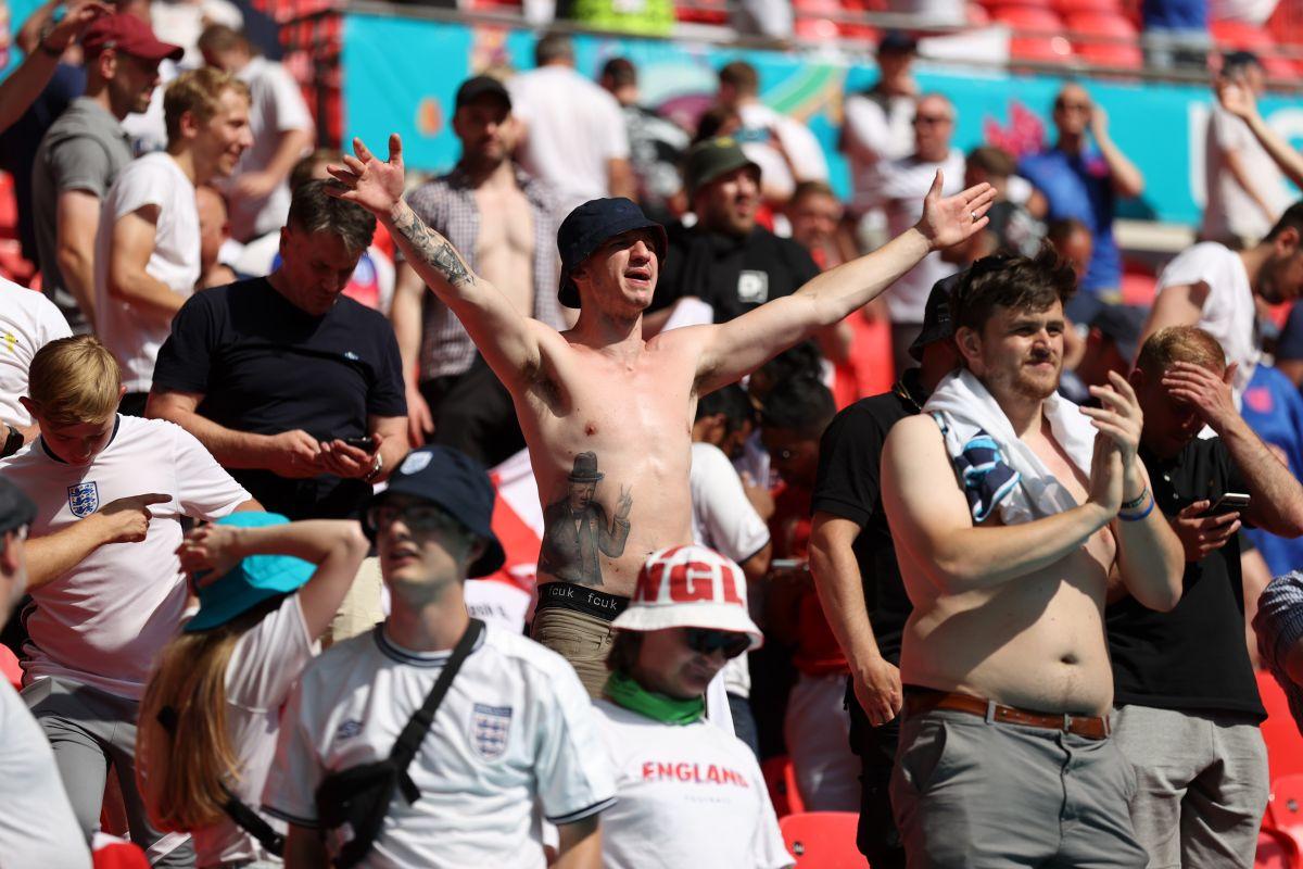 Fanático cayó de la grada del estadio Wembley fue llevado al hospitad en estado de gravedad
