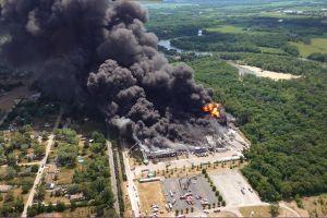 El incendio ocurrido tras la explosión de una planta química en Illinois durará por días