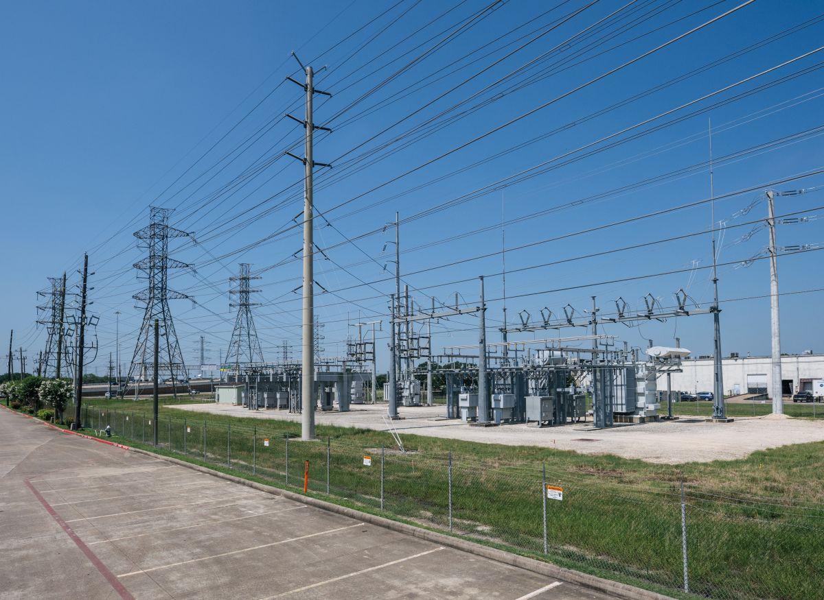 La compañía de energía de Texas espera que el numero de cortes eléctricos pueda disminuir a lo largo de la semana.