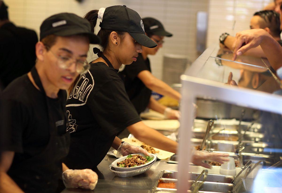 Las compañías restauranteras están aumentando los salarios para atraer a más trabajadores ante la escasez de mano de obra.