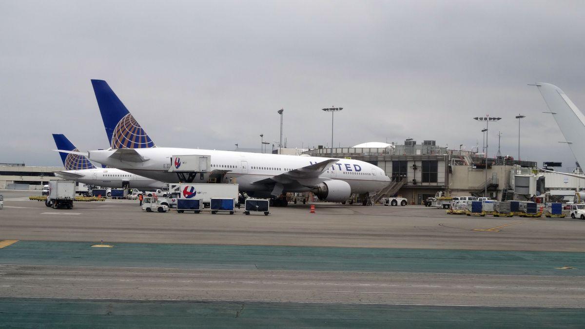 El Aeropuerto Internacional de Los Ángeles lleno de viajeros. (Getty Images)