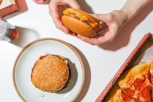5 alimentos y bebidas que pueden aumentar tu riesgo de cáncer de mama