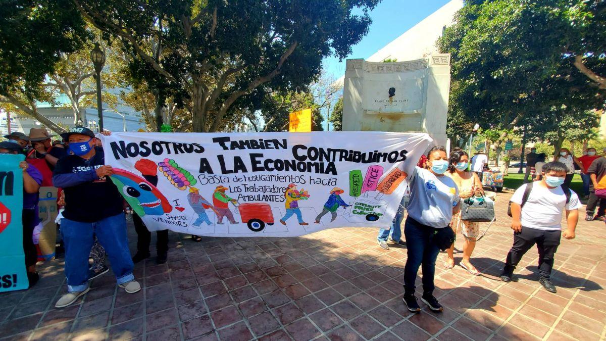 Vendedores ambulantes se enfrentan ante la brutalidad, el abuso y las amenazas
