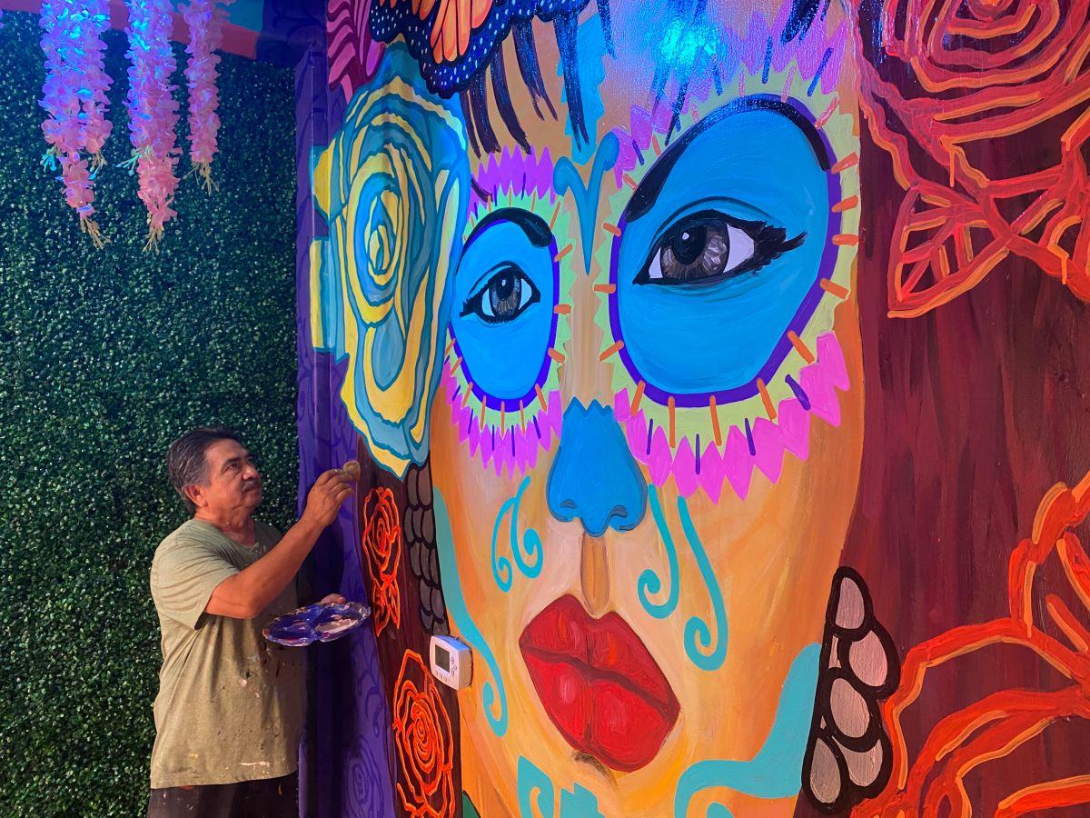 El inmigrante pinta sobre pared, ventanas, madera, entre otros elementos. / fotos: Jorge Luis Macías.