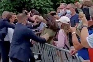 Emmanuel Macron es abofeteado cuando saludaba al público en un evento en el sureste de Francia