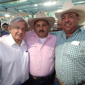 Maximiano Barbosa Llamas (al centro) apoya abiertamente al presidente Andrés Manuel López Obrador.