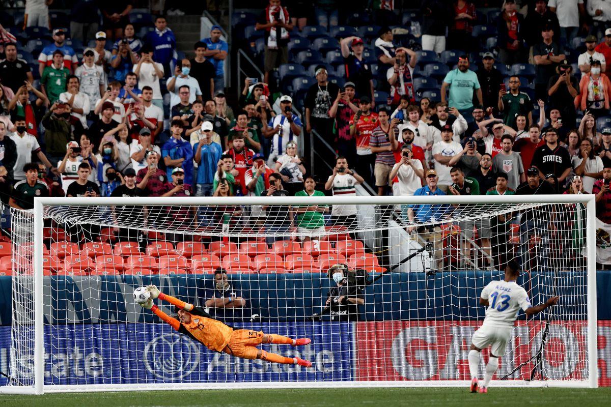 Ochoa paró el único penal de la tanda, gracias a un lance perfecto.