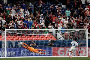 Video: el penal atajado por Memo Ochoa que clasificó a México a la final contra Estados Unidos