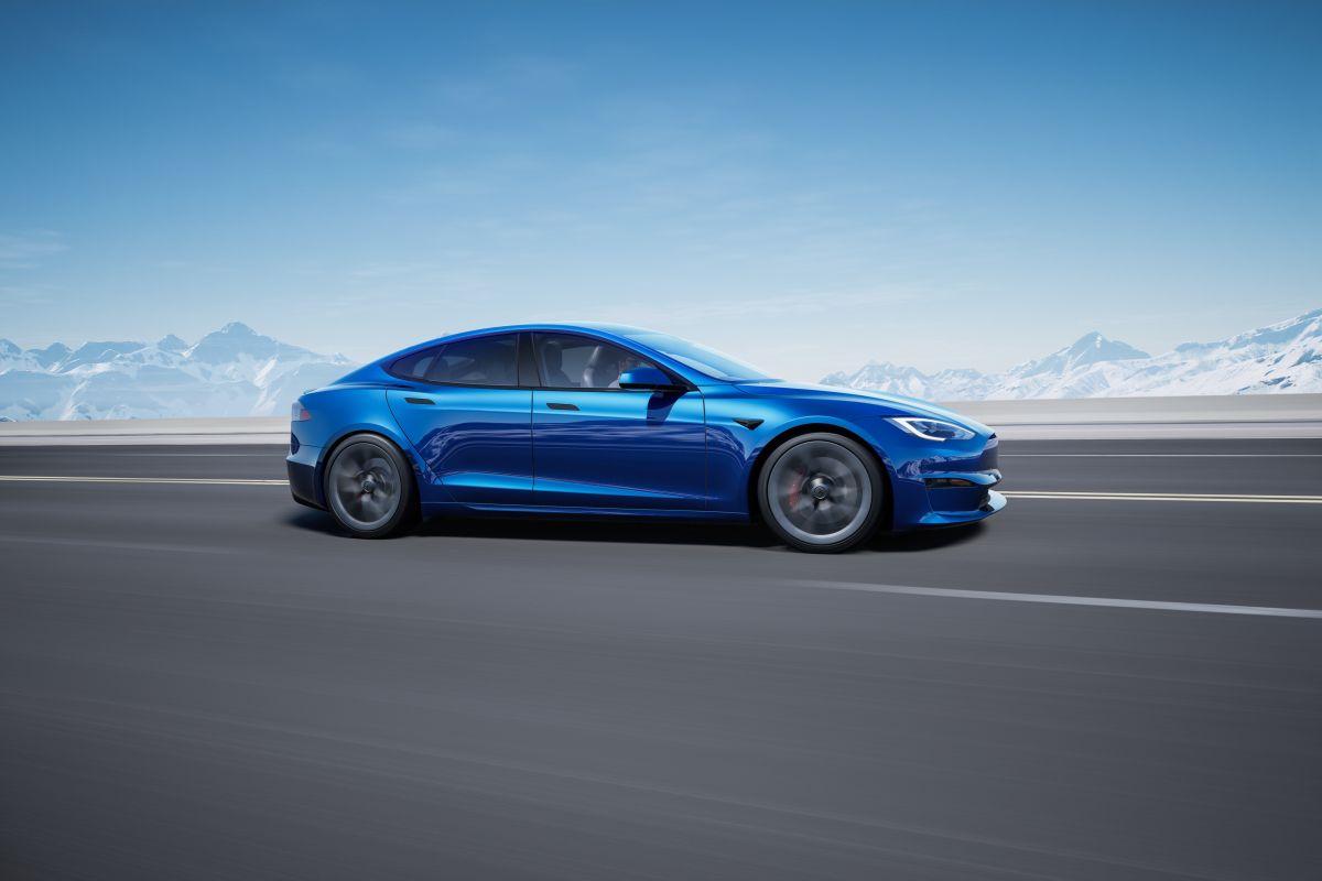 Foto lateral del Model S Plaid de Tesla en color azul