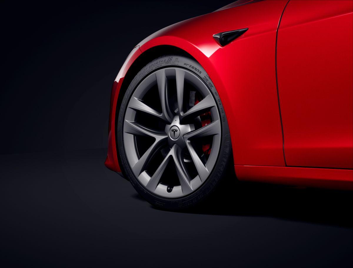 Detalle de las ruedas del Tesla Model S Plaid de Tesla
