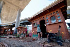 Un pueblo bajo la autopista en Oakland: cuando los desamparados construyen su propio vecindario