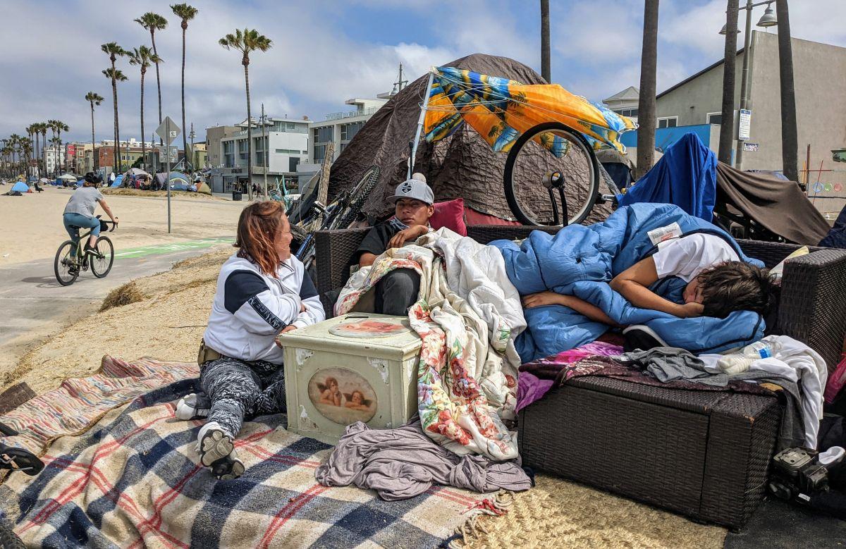 """René """"Bones"""" y Amanda en una casa de campaña en Venice. (Jacqueline García/La Opinión)"""