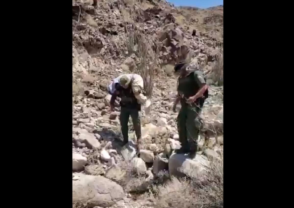 VIDEO: Agente de la Patrulla Fronteriza carga a inmigrante indocumentada de un grupo que se perdió en la montaña