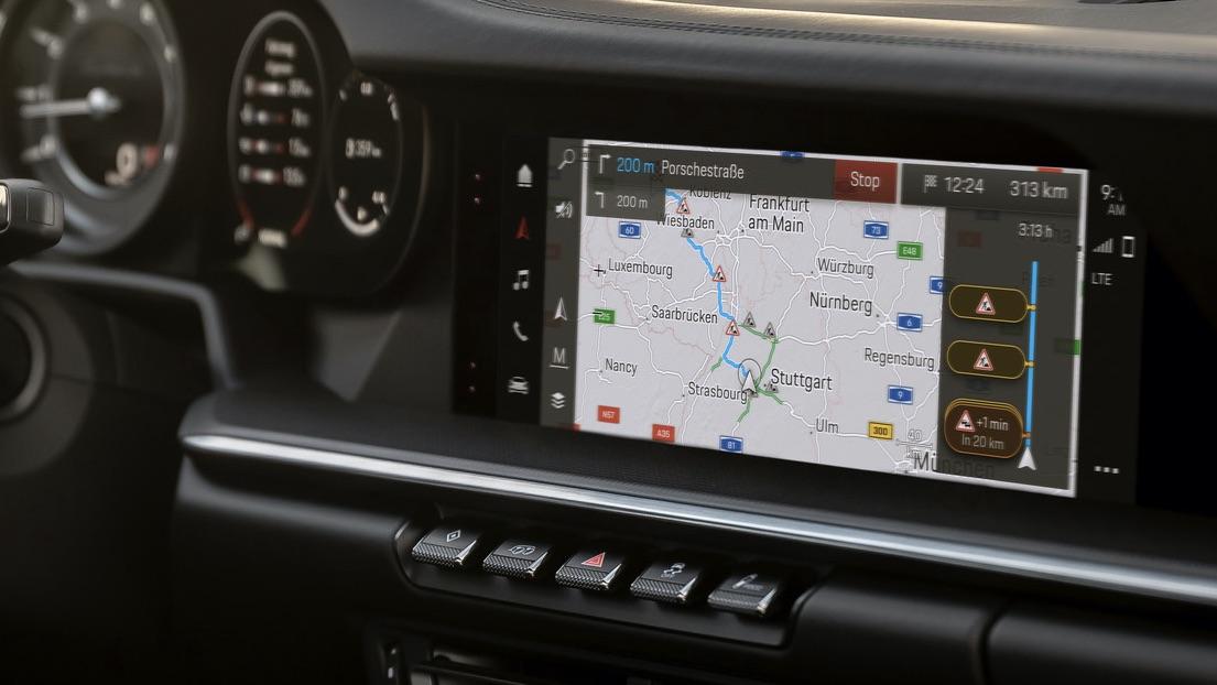 Foto del interior de un Porsche mostrando el nuevo sistema de infoentretenimiento con los mapas en pantalla