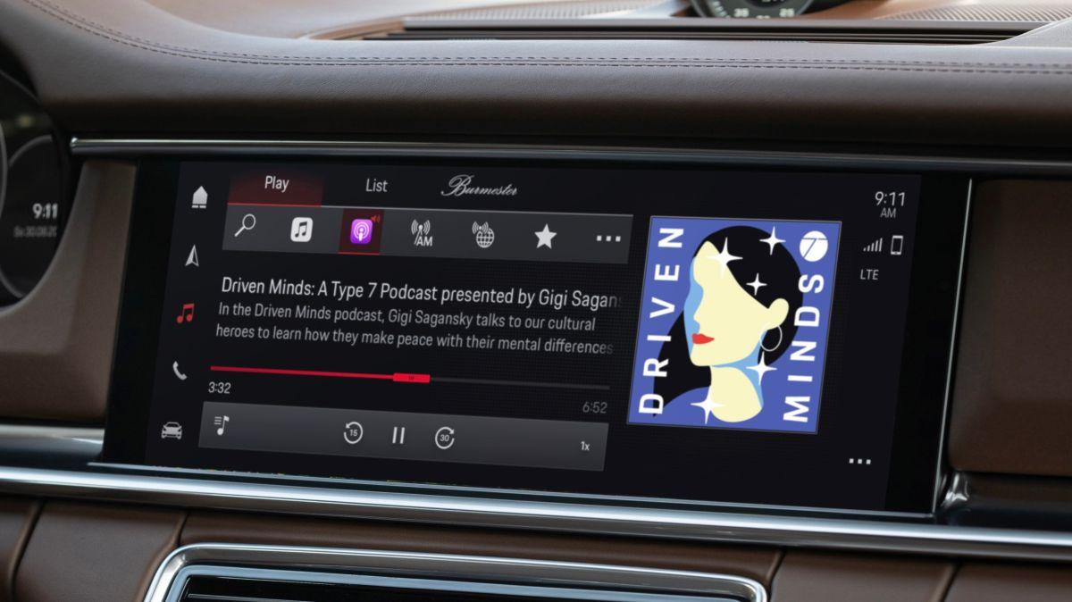 Foto del interior de un Porsche mostrando el nuevo sistema de infoentretenimiento con un podcast en la pantalla