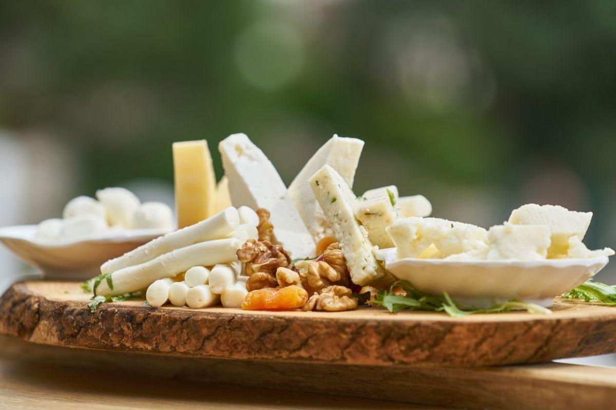 El queso tiene un alto contenido de grasas saturadas.
