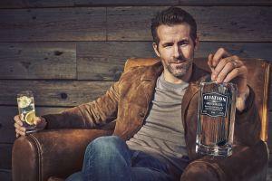 """Día del Padre: el divertido comercial de Ryan Reynolds presentando su ginebra en un coctel llamado """"La vasectomía"""""""
