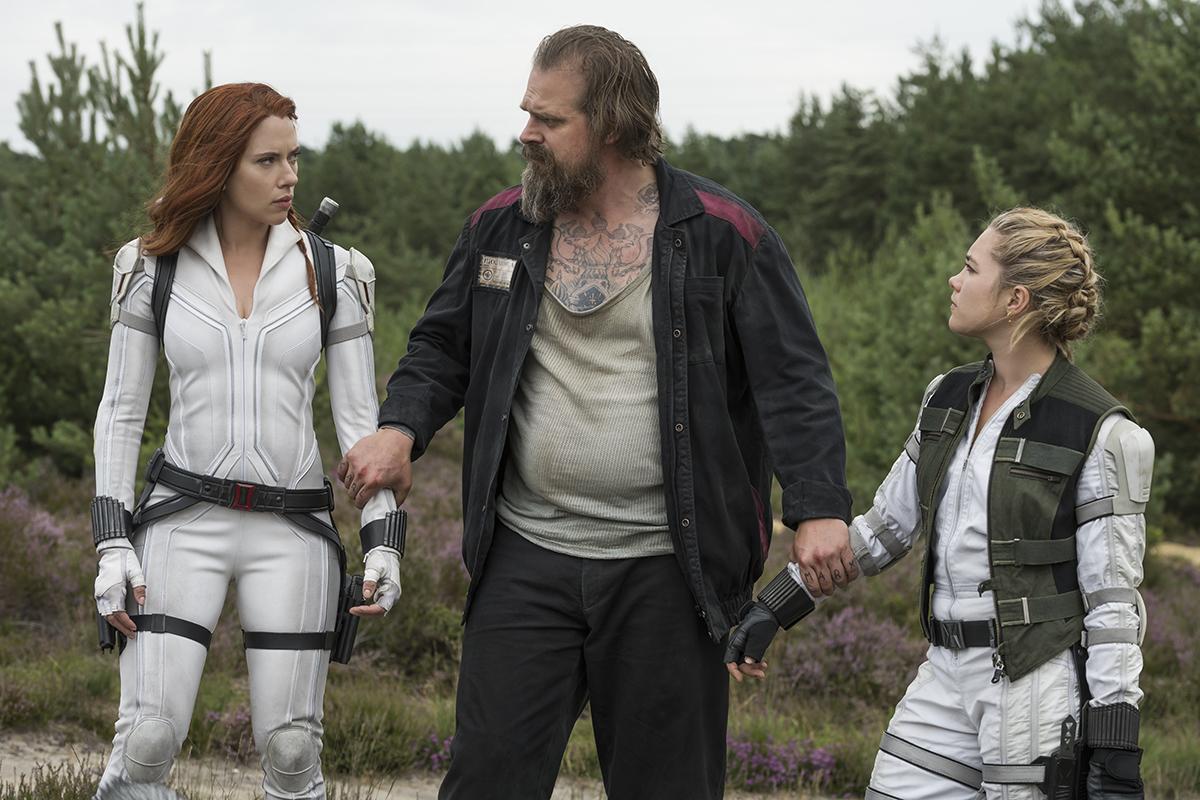 "Alexei ""Red Guardian"" (David Harbour), entre Natasha y Yelena."
