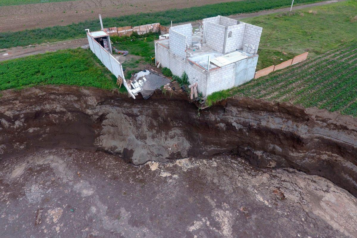El gigantesco socavón aparecido en México se extiende y comienza a tragarse una casa