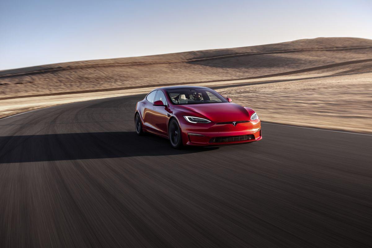 Tesla Model S Plaid rompe el récord mundial de aceleración en un cuarto de milla conducido por Jay Leno
