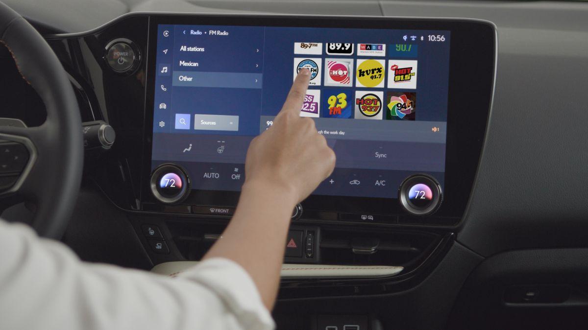 Foto de una persona operando la interfaz de una pantalla en un auto Toyota