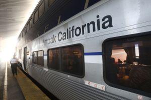 Muere hombre atropellado por tren Amtrak en North Hollywood. Ingeniero pensó que era basura