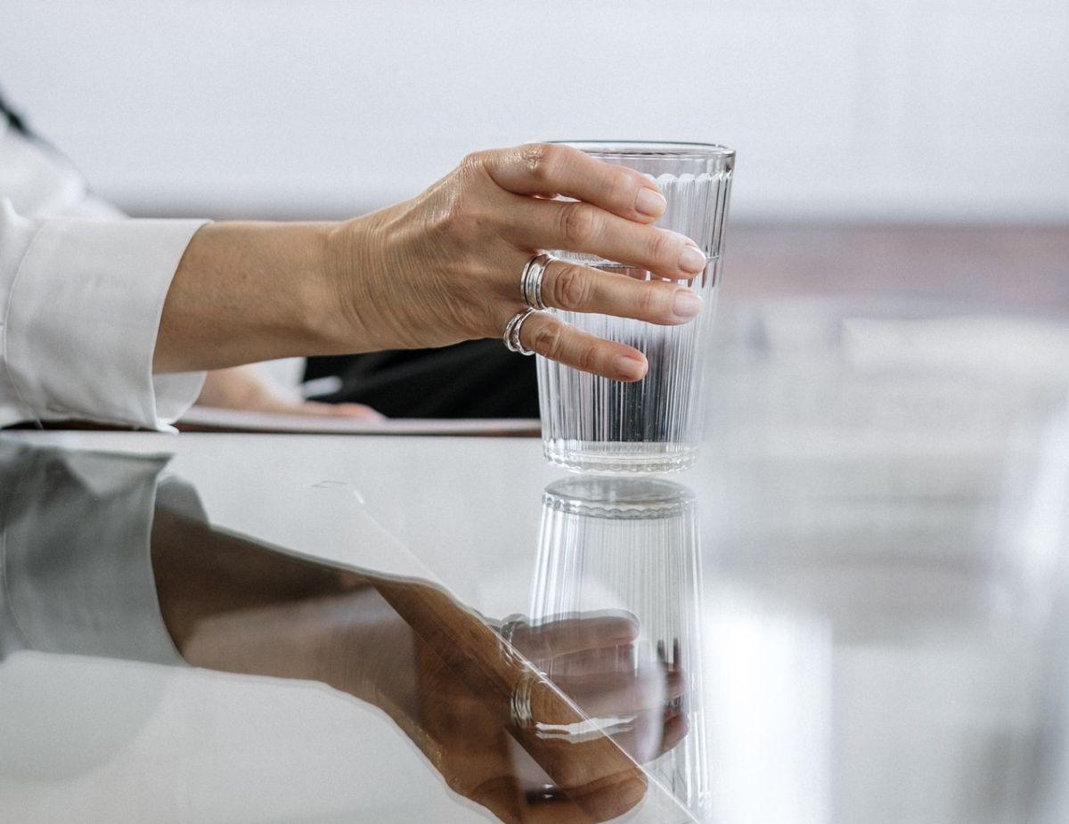 La sobrehidratación es más común entre las personas cuyos riñones no excretan la orina normalmente.