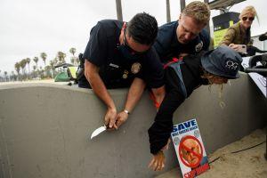 Mujer con un cuchillo interrumpe un lanzamiento de campaña a la alcaldía de Los Ángeles