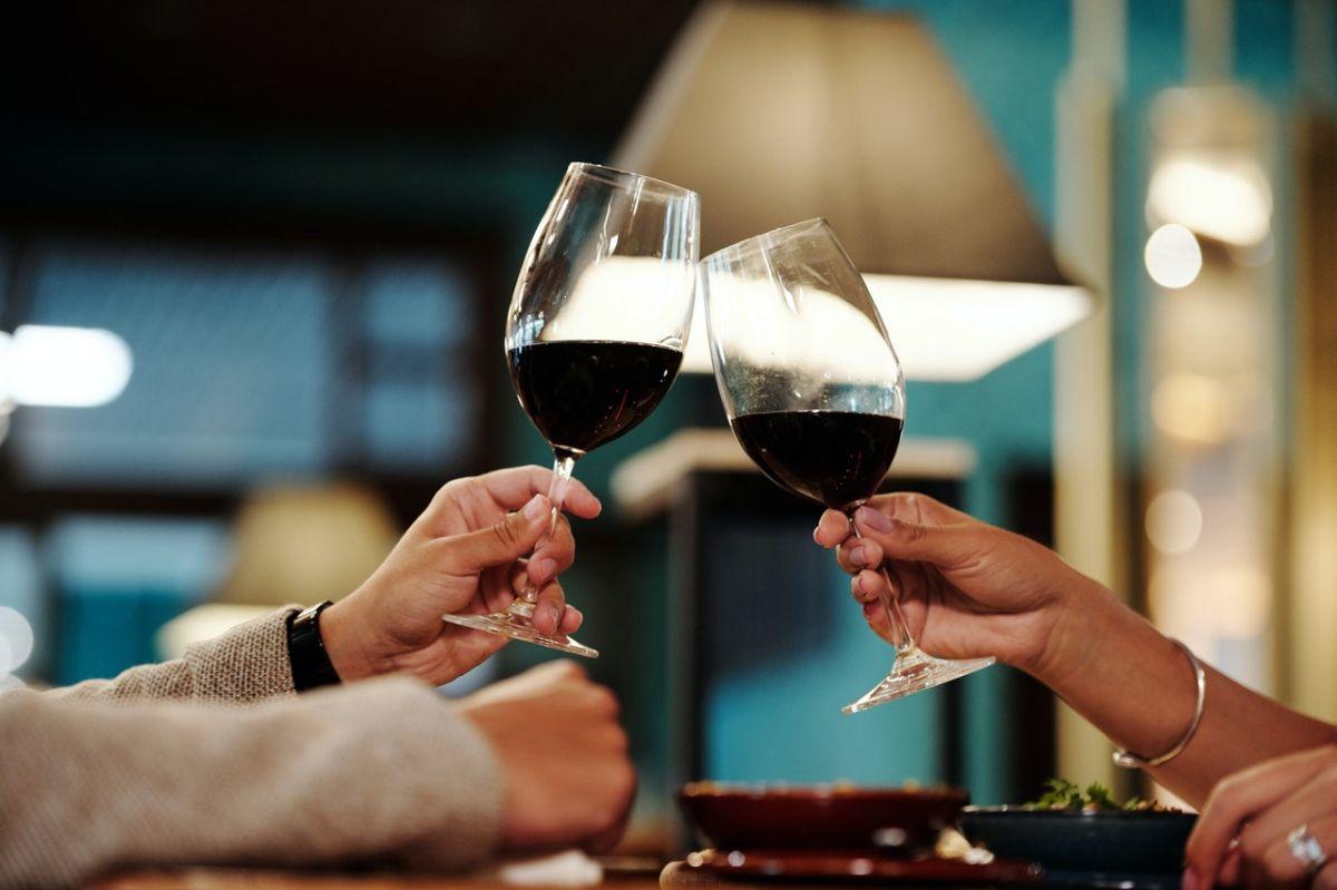 """El vino tinto seco sería la bebida alcohólica más """"saludable"""" según un dietista"""
