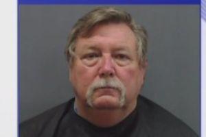 Arrestan a alcalde de Texas por haber solicitado sexo a un menor; acusan a otros tres hombres en el caso