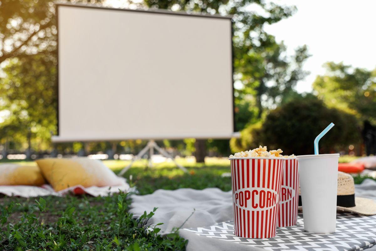 Los mejores dispositivos y productos para convertir tu patio en una sala de cine al aire libre