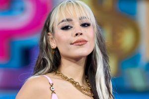 Danna Paola luce su figura al posar en sexy body multicolor