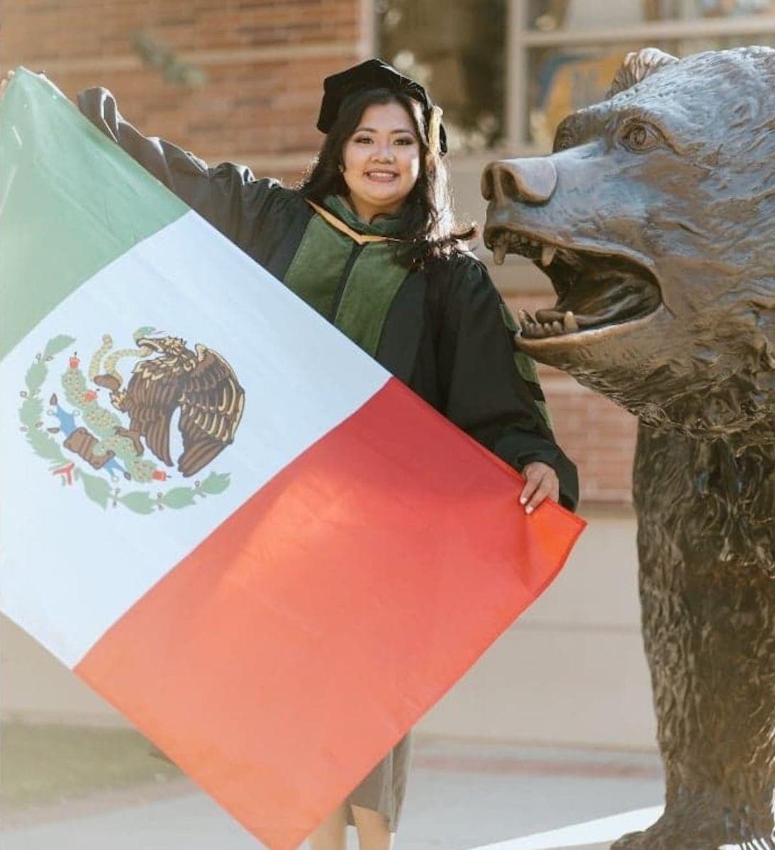 Hija de inmigrantes mexicanos cumple su sueño y se gradúa como médico