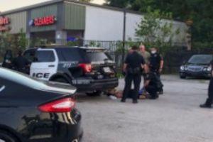 """Captan en video fracaso """"chistoso"""" de sospechoso huyendo de la Policía de Houston con ladrillo en mano"""