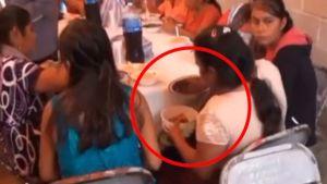 """VIDEO: Captan a mujer guardando en su """"tupper"""" el mole que le sirvieron en una fiesta"""