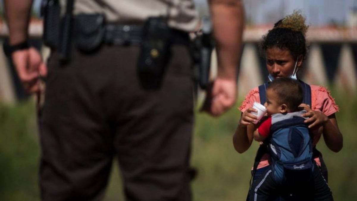 Cientos de miles de migrantes que llegan cada día a Estados Unidos.