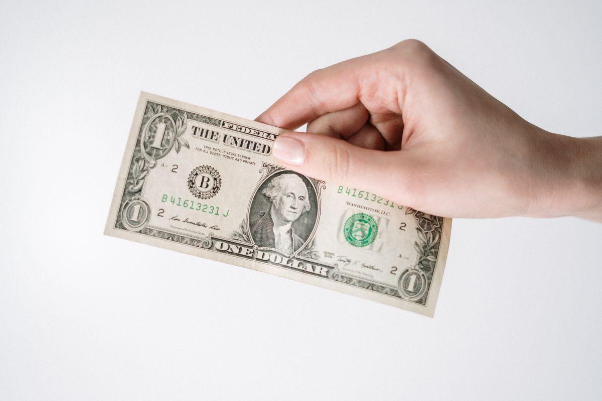 Precio del dólar frente al peso mexicano gana terreno.