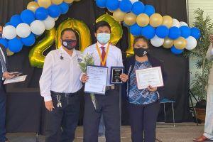 Dos jóvenes latinos reciben reconocimiento por su asistencia perfecta