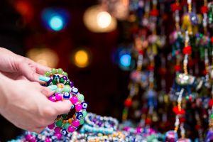 6 brazaletes y pulseras que atraerán la buena suerte y buenas vibras a tu vida
