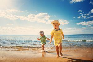 Variedad de ropa y prendas que están de moda para que tus hijos disfruten del verano