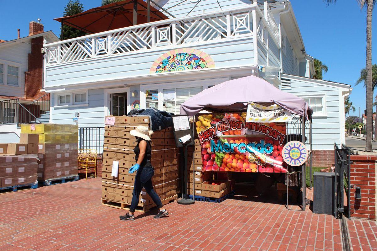 Julie Bautista dirige el banco de alimentos en el mercado El Sol, en Santa Ana, California.