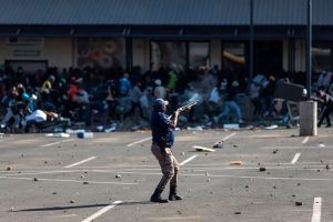 Más de 70 muertos en Sudáfrica: por qué el país vive los peores disturbios desde el regreso de la democracia