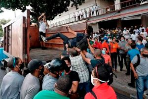 """""""Me lanzaron a un camión de basura"""": el testimonio de un artista arrestado durante las manifestaciones en Cuba"""
