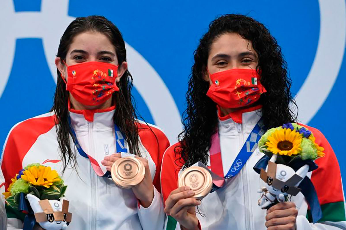 Gabriela Agúndez y Alejandra Orozco con su medalla olímpica.
