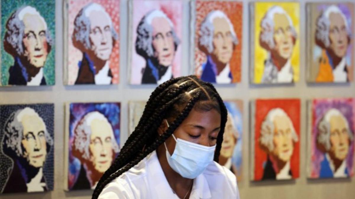 Para algunos, la recomendación de dejar de usar mascarilla para los completamente vacunados fue un error.