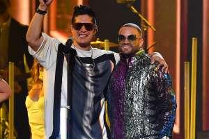 El momento más emotivo de 'Premios Juventud': Chyno sostenido por Nacho en el escenario