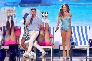 ¡Espectacular! A sus 53 años Gloria Trevi cantó en bikini en el escenario de 'Premios Juventud 2021'