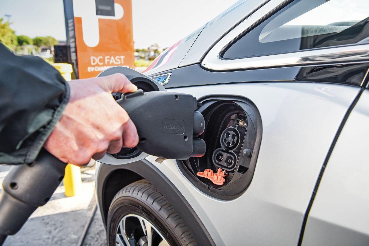 Foto de una persona cargando un Chevrolet Bolt 2019