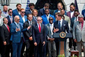 Tom Brady le lanza dos dardos a Donald Trump durante visita a la Casa Blanca