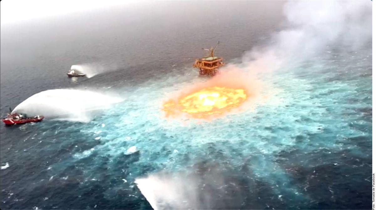 Para sofocar el fuego en el mar fueron necesarios tres barcos que abatieron el incendio tras ocho horas de labores.
